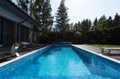 pohled na moderní dům s bazénem modrá