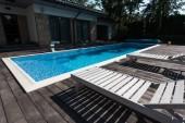 pohled na dům exteriér, bazén s lehátky