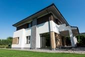 Vnější pohled na moderní dům s zelený trávník