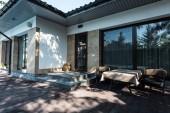 Haus mit Eingang vom Garten mit Tisch und Sesseln