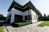 Fotografie Exteriér nové moderní domu s autem na parkoviště
