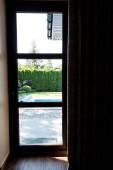 Fotografia vista interna della porta di vetro moderno al giardino