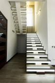 Fotografia Vista allinterno del corridoio e scale moderne vuote