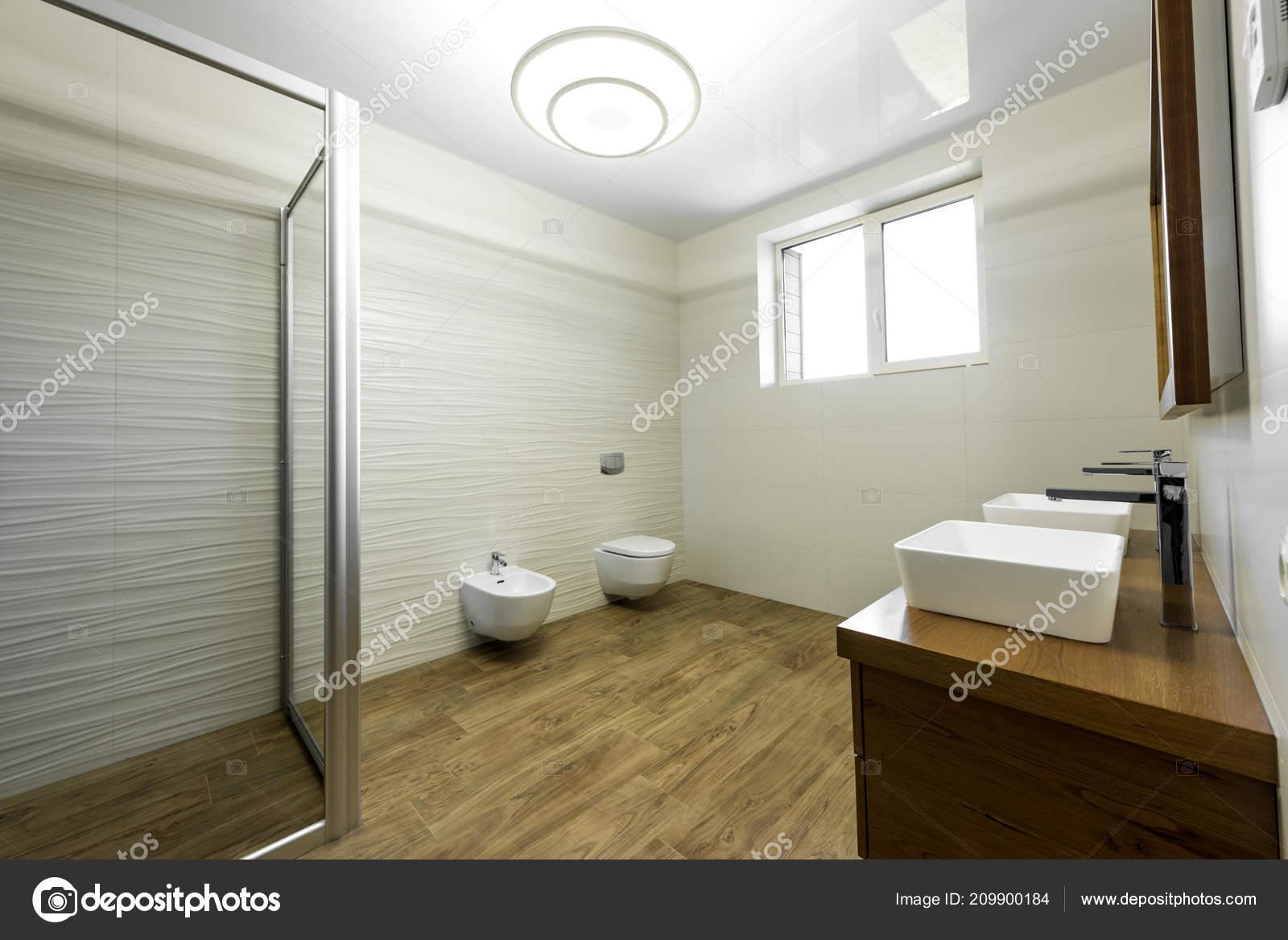 Innere Des Modernen Badezimmer Mit Dusche Bidet Und Zwei Waschbecken ...