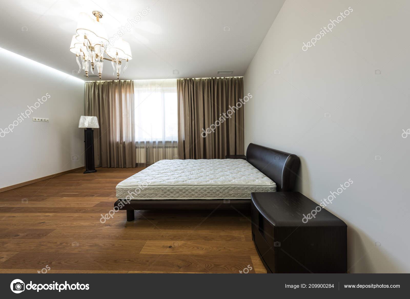 interieur van lege slaapkamer met gordijnen groot venster matrassen bed stockfoto