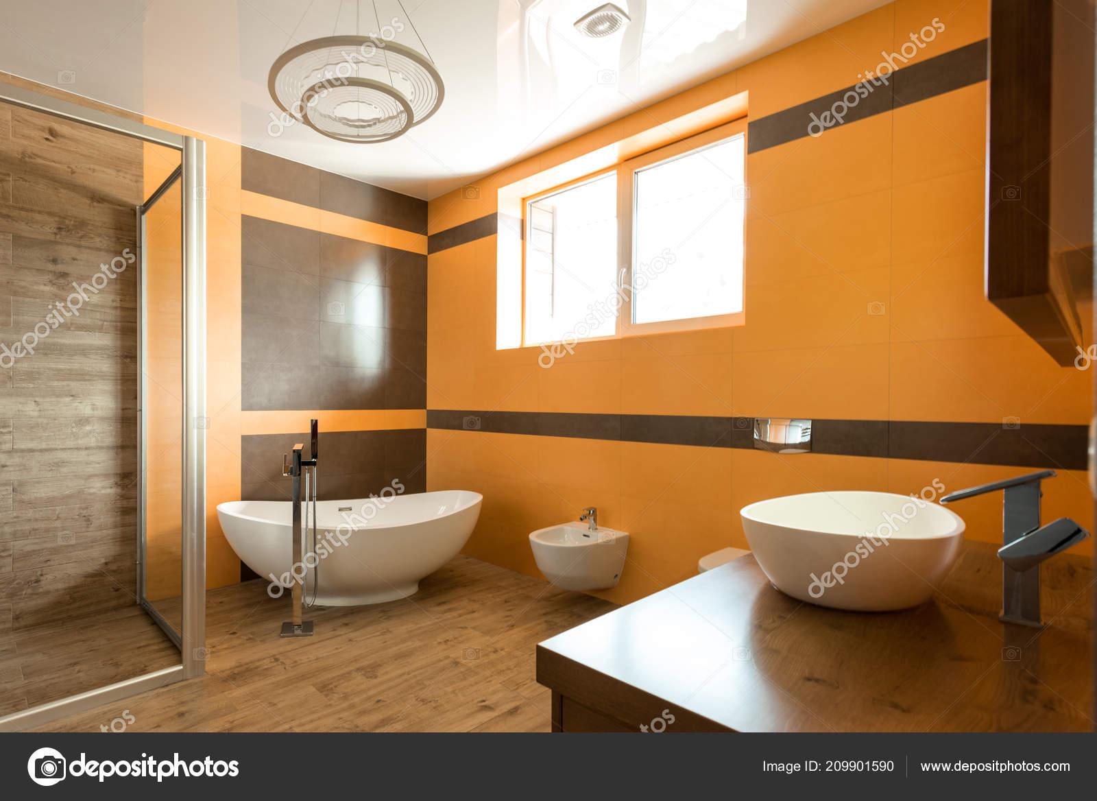 Interieur Van Badkamer Oranje Witte Kleuren Met Bad Wastafel Bidet ...