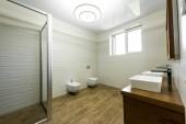 Fotografie Innere des modernen Badezimmer mit Dusche, WC, Bidet und zwei Waschbecken