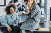 krásné multikulturní podnikatelky mluví v úřadu