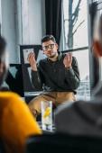 Fotografie podnikatel, ukázal během brainstorming v úřadu