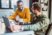 multikulturní podnikatelé při pohledu na sebe v kanceláři