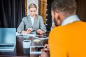 multikulturní podnikatelé s digitálními zařízeními na stole v kanceláři