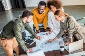 vysoký úhel pohledu multikulturní podnikatelé s modrotisk v úřadu