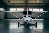 Moderní malé letadlo stojící v hangáru