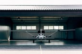 Fotografia small modern white airplane standing in hangar