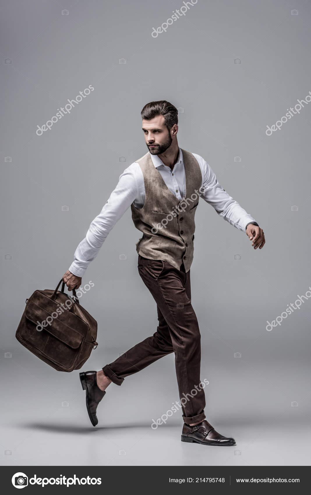 bastante agradable 49aa8 6a85e Hombre Elegante Apresura Corriendo Con Bolso Cuero Gris ...