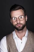 portrét pohledný sebevědomého muže v brýlích a stylová vesta, izolované Grey