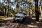 Fotografia camioncino bianco in legno di autunno