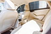 interiér vozu nové béžové kůže s slunečního záření