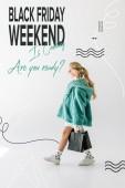 Fotografie blonde Mädchen in Türkis Pelzmantel posiert mit schwarzen Einkaufstaschen auf weißen, schwarzen Freitag Wochenende Verkauf Banner Konzept