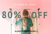 Heckansicht des blonden Kind im trendigen Overall Wahl Kleidung auf Kleiderbügeln, Verkauf-Banner-Konzept