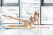 a feladatot a gym fitness szőnyeg fiatal sportoló