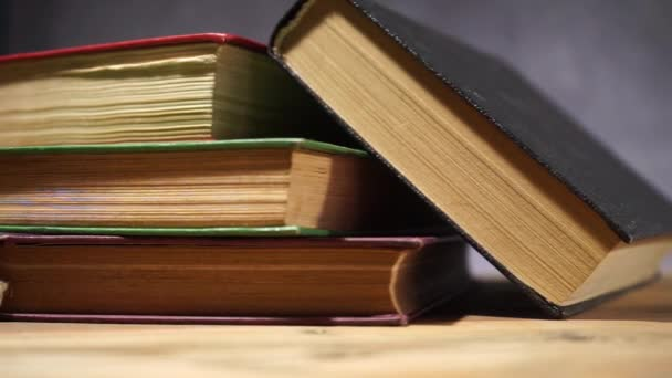 Bücher auf einem alten Holztisch. schöner dunkler Hintergrund.