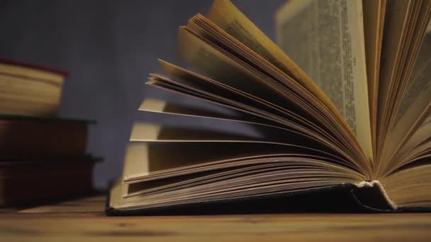 Knihy o starý dřevěný stůl. Krásné tmavé pozadí