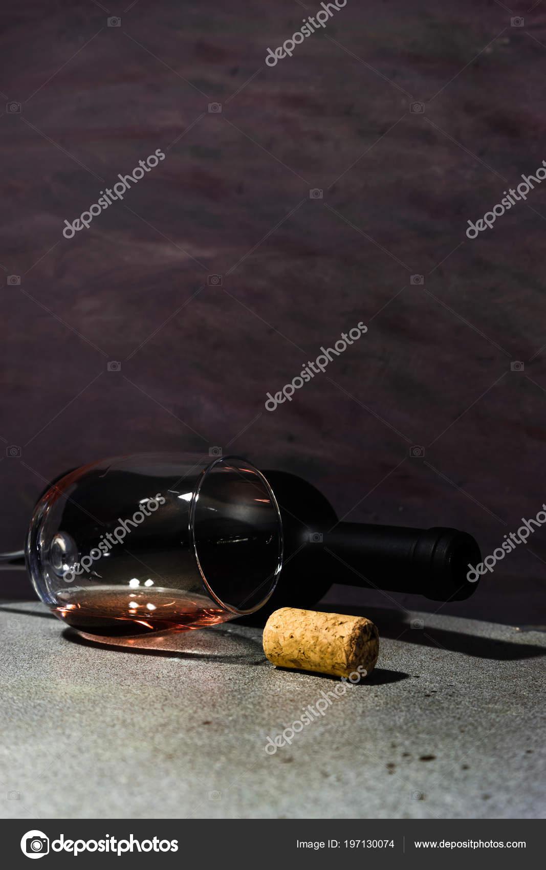 Ronde Stenen Tafel.Glas Wijn Een Zwarte Fles Rode Wijn Een Ronde Stenen Stockfoto