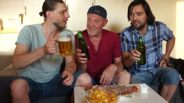 A mans hobbi. Labdarúgás rajongók találkoztak, hogy nézni Labdarúgás. Három férfi sört