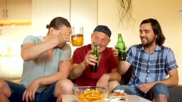 Szurkolók sört inni, és beszéljük meg a részleteket az utolsó mérkőzésen. Férfi élénken gesztikuláló