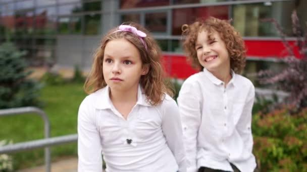 Kudrnatá děti, bratr a sestra podívat do vzdálenosti a smích. Šťastný rodinný víkend