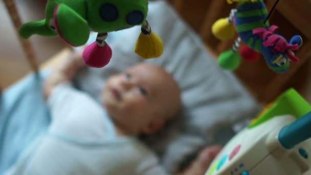 Mobilní telefony v postýlku pro miminko. Hračky nevydrží více než dítě ležící v postýlce. Hračky pro novorozence, Vzdělávací hračky, dětské hračky