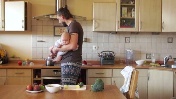 Egy magányos fiatal apa a fia egy üveg bébiétel felmelegszik. Etetés a gyereket. Apák napja, tudatos apasági
