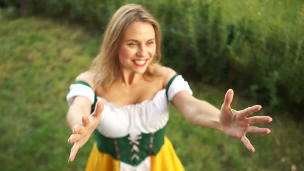 Ein Mädchen in bayerischer Tracht kauft auf dem Oktoberfest Bier und Brezeln. , lacht eine Frau fröhlich und kauft gern. auf grünem Hintergrund