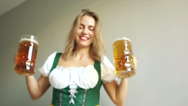 Gläser mit Bier klirren. ein schönes Mädchen in bayerischer Tracht bei einem Musikfestival. nationale Traditionen, blond, deutsch