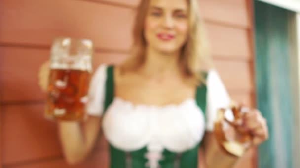 eine sexy junge Dame trinkt Bier auf einem Bierfestival in Deutschland. Großaufnahme, große Bierkrüge, ein fröhlich lachendes Mädchen, rote Lippen, weißzahniges Lächeln