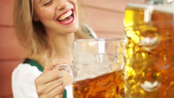 Kellnerin beim Biertrinken. sexy Lächeln, rote Lippen, Alkoholrausch