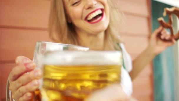Provozierendes Mädchen probiert Bier beim Bierfest Tracht, Musikfest, Reisen und Freizeit