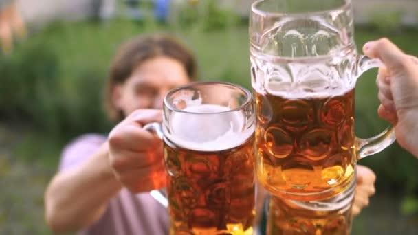 Glückliche Freunde Biergläser Klirren. Eine Ansicht von oben. Oktoberfest-Bier-Festival, Festival-Musik-Festival