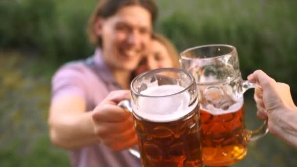 Schönes junges Paar auf dem Oktoberfest. Sie klirren mit großen Biergläsern. Ansicht von oben