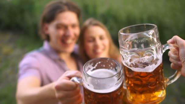 Közeli kép a pohár sört. Ünneplés az Oktoberfest fesztivál. Clink szemüveg kétszer