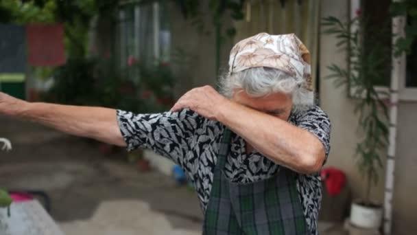 Dab tanzt eine Rentnerin im Dorf. Eine ältere Frau zeigt eine moderne Jugendbewegung. dabing