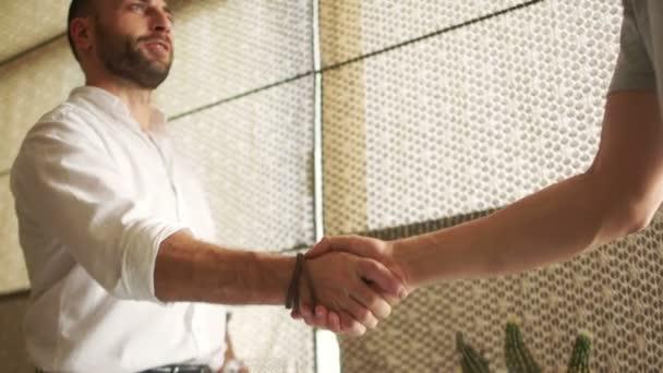 Üzleti találkozó a hivatal. Kézfogás a két kollégák munkatárs. Alulról. Üzleti koncepció