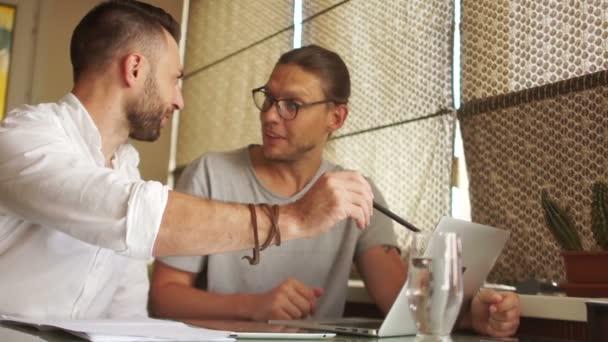 Soukromí podnikatelé diskutovat o projektu, obchodní jednání v kanceláři, malé firmy, účetní