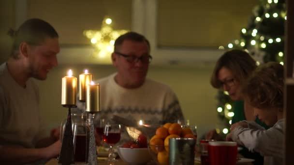 Veselé Vánoce šťastná rodina doma na večeři. Oslava svátků a pospolitosti poblíž stromu