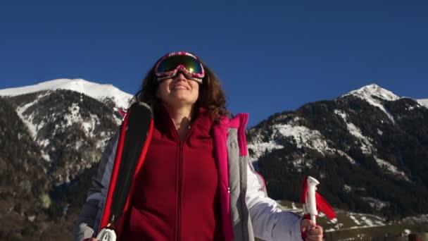 Mladá žena aktivní lyžování v horách. Ženské lyžař s bezpečnostní brýle a hůlek těší slunný zimní den ve švýcarských Alpách. Lyžařský závod pro dospělé. Zima a sníh sport v alpském středisku