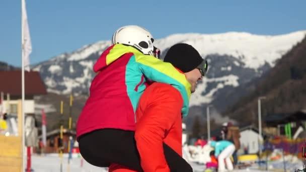 Mladý muž a žena, přítel a přítelkyně bavit v lyžařském letovisku. Zimní aktivity, lyžařské vybavení