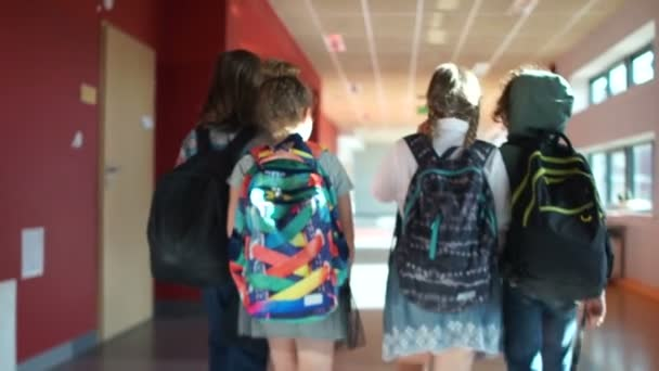 Vissza az iskolába. Gyerekek sétálni a teremben az iskolaépületben. Iskolai szünet, egy csoport tinédzserek a hátizsákok a hátán, a hátsó, beltéri
