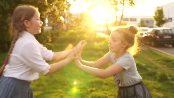 Dvě přítelkyně bojují. Školní přátelství, děvčata Bojujte za zábavu, dětské hry. Šťastné děti