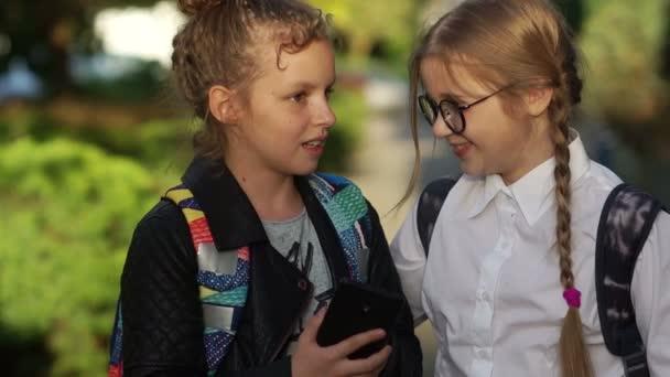 Zpátky do školy. Portrét roztomilejch školaček s batohy na škole